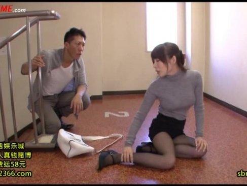 足を挫いて隣人に助けてもらった美乳美人妻!お礼にその身体でエロご奉仕しちゃってるひとずま動画