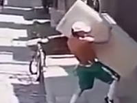 絶対失敗する映像だと思ったwww大きな冷蔵庫を一人で運ぶ男がすごいw