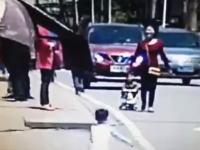 母親が気を取られていた隙に・・・。小さな子供が車に2度踏まれる事故。