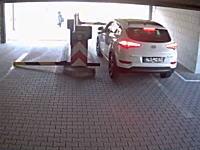 あぶねえ!これは予想外。パーキングゲートで大怪我しかけた女性ドライバーの映像。