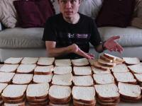パン100切れ約七斤!を一気に食べるフードファイターのビデオが人気に。