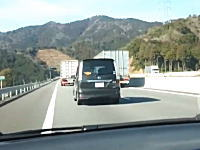 YouTubeから逮捕案件。140km/h以上のスピードで側道追い越しをする車載。