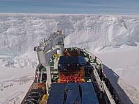 南極の棚氷にはこうして渡るらしい。船に勢いを付けて何度もドーン!