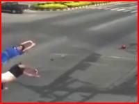 致命的な右直事故の瞬間。二人乗りのバイクが高速の直進者にぶっ飛ばされてしまう。
