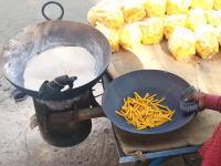 油の代わりに熱した砂を使って揚げ物を作るインドの屋台がおもしろい。