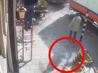 なにがおきた。歩道から炎が噴き出して近くで作業していた人を直撃。