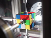 これが世界最速か?ルービックキューブを0.38秒で6面揃えるマシーンが登場する。