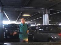 これはムカツクなwww空いた駐車スペースを体で確保しようとするお姉ちゃん。