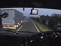 速度差約5km/hで大型トラックを追い越すトラックの車窓。これにイライラする人多そう。