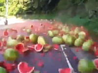 対向トラックが荷崩れを起こして大量のスイカが道路にばら撒かれる車載映像。