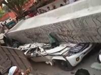 インドで建設中の高速道路から40トンのコンクリが落下し下を走っていた車に直撃。18人が死亡。