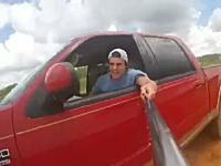 自分が運転する車が横転したのに自撮り棒を離さなかった男のビデオが話題にww