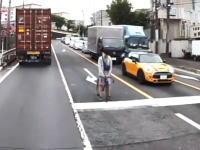 車道の右折レーンから右折しようとしている自転車。この右折方法はどうなの?