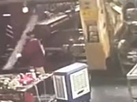大型プレス機に挟まれてしまった女性のビデオ。工場の事故こわい。