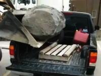 ピックアップトラックの最大積載量ってどんなものなの?大岩を積もうとして悲しい事に。