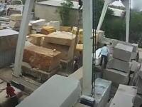 建築用の巨大石材に挟まれてしまった作業員の映像が(((゚Д゚)))