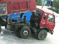 恐ろしい事故の映像。ダンプの油圧装置を直そうと荷台の下に潜り込んだ男性が・・・。