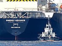 巨大タンカーを押したり引っ張ったりして手助けするタグボートのお仕事拝見動画。