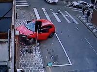 おいバイクの人どうなった。誰もバイクの人を心配しない交通事故の映像。