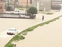 こんな状況でクラクション鳴らされても。平成30年7月豪雨の飯塚市で撮影されたクレイジータクシー