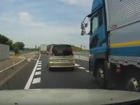 トラックの危険な幅寄せvs鬼クラクション。これはどっちが悪い?ドラレコ。