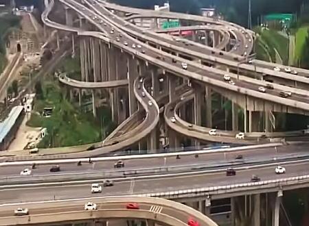 5重構造に20のランプ。中国貴州省のインターチェンジが複雑すぎて迷いそう。