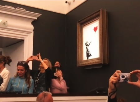 オークションで2億1千万円で落札されたバンクシーの絵。直後にシュレッダーにかけられる。