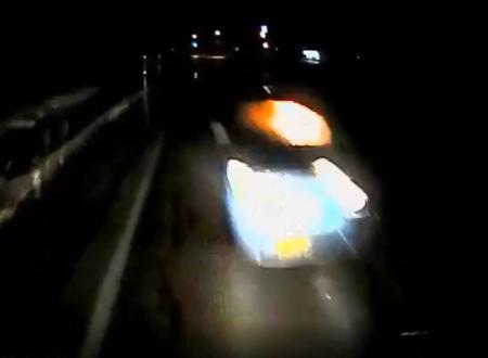 あの車に何が?車内が燃えている軽自動車と正面衝突ドライブレコーダー。