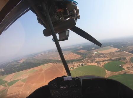 飛行中にエンジンが完全停止してしまった超軽量飛行機が畑に緊急着陸するまでの映像。