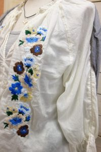 ハンド刺繍の繊細な手仕事