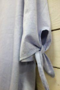袖のリボンがアクセントで二の腕が細く見えます。