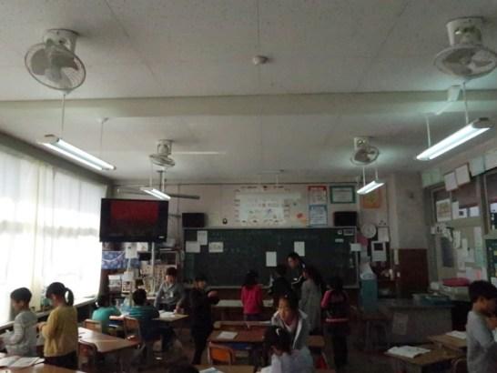 扇風機のみの教室…古牧小学校で
