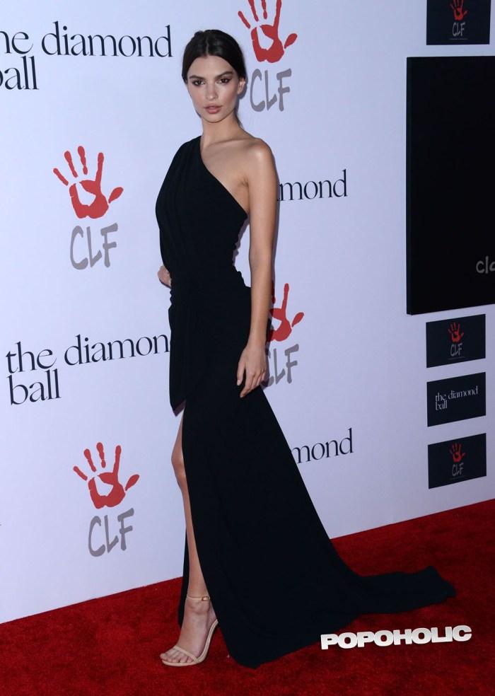 Emily Ratajkowski Gets Stunningly Sexy, And Curvy…
