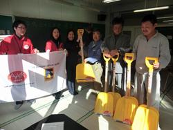 AAR delivers snow shovels in Kamaishi.