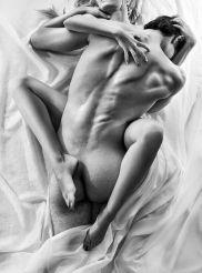 Sexo para parejas - postura sexual tumbado boca abajo