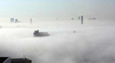 東京都心を覆った濃霧 天空の幻想都市だと話題に(動画)