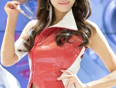 抜群スタイル上品なレースクイーンのお姉さん佐野真彩が水着でソフマップ!