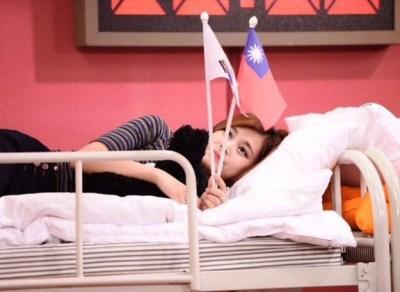 【炎上】台湾美少女アイドル周子瑜(ツゥイ) 韓国で台湾の旗を振って中国人ブチギレ謝罪へ 出身を中国に強制変更 かわいそす(´・ω・`)