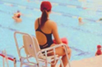 【画像】プール監視員してる水着女子の身体がけしからんwwwwww