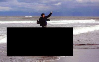 クジラの死骸上でガッツポーズ 写真コンテスト最優秀作品が酷すぎる<画像>北海道立オホーツク流氷科学センター写真コンテスト