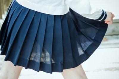 JKのスカートが突然おちて駅内でパンツ丸だしハプニングが激写される!