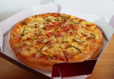 【悲報】宅配ピザにゴキブリ混入しても見分けがつかない ⇒画像