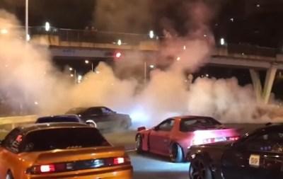 バカ丸出しのチンドン屋集団 覆面パトカーを破壊<動画像>大阪DQNドリフト集団が公道で大暴走