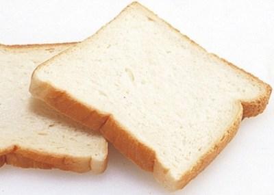 女性教員が児童にカビ生えたパンを無理やり食べさせる