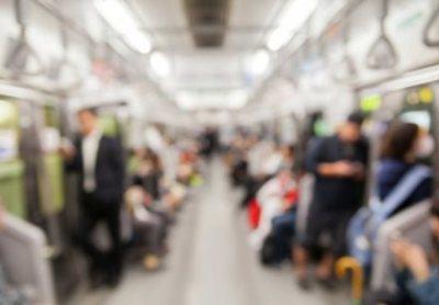 【熱烈】電車内で今にも交尾し始めそうなカップルさんwwwww