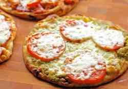 It only takes 4 ingredients to make this delicious Tomato Pesto Flatbread Pizza | 365 Days of Easy Recipes