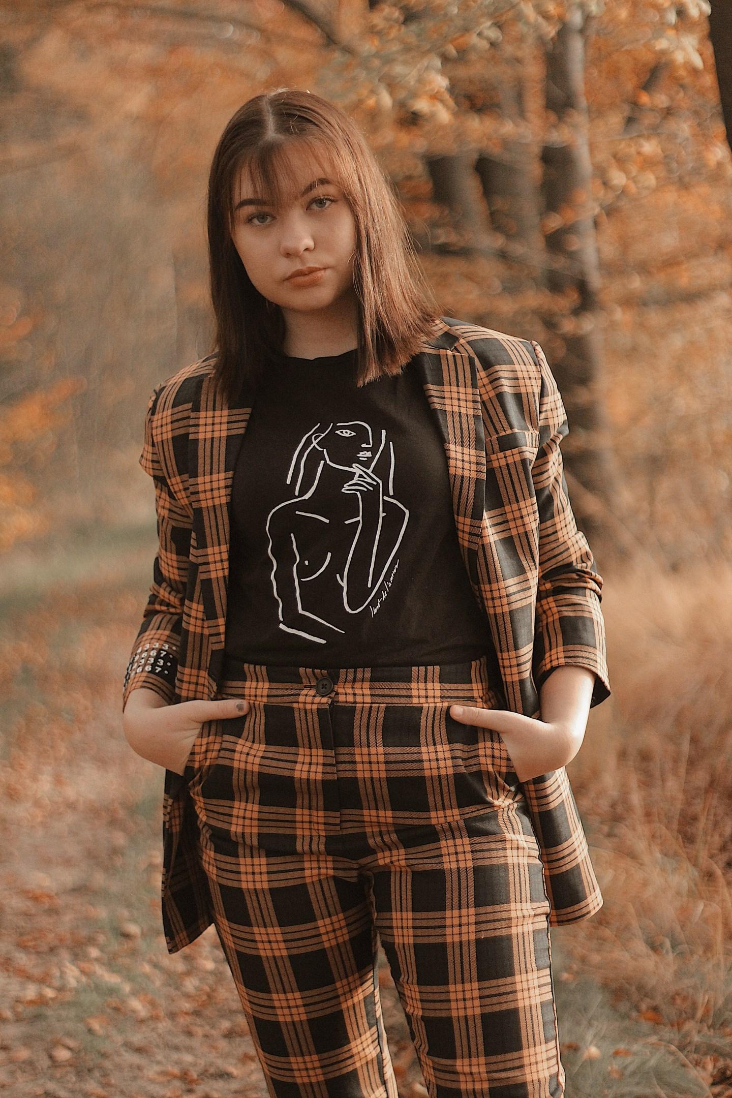 Suit: Foto van meisje met het tweedelige pak aan met handen in de zakken