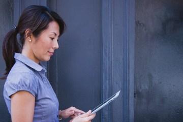 Vrouw Leest op iPad