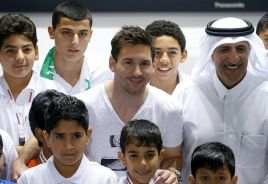 Lionel Messi posa junto a varios chicos en un evento organizado en Qatar. / AFP