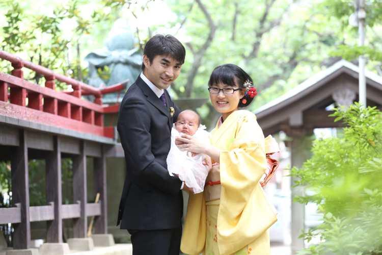 パパ、ママ、赤ちゃん3人の集合写真
